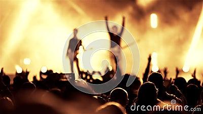 Rockowy gitarzysty zespół na na wolnym powietrzu muzyka na żywo przedstawieniu zbiory