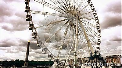 A roda de Ferris instalou Lugar de la Concorde perto do jardim de Tuileries em Paris filme