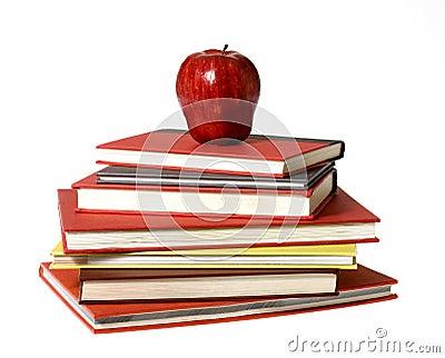 Rode Appel bovenop stapel van Boeken