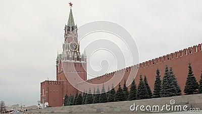 Rode bakstenen muur en Spasskaya-Toren van Russisch Moskou het Kremlin in bewolkt weer stock footage