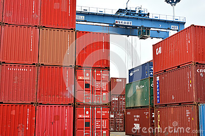 Rode container en blauwe kraan, Xiamen, China Redactionele Foto