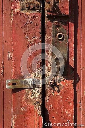Rode deur met de knop van de metaaldeur