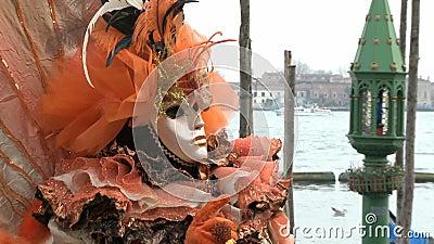 Rode gemaskeerde persoon in Venetië stock videobeelden