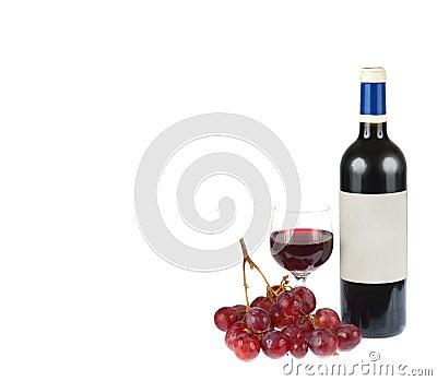 Rode wijn met druiven die op wit worden geïsoleerdu
