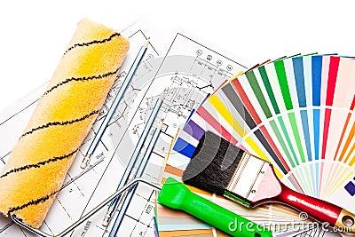 Rodillo de pintura, lápices, gráficos en blanco