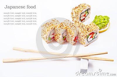 Rodillo del sushi con el sésamo, pimienta dulce, pepino