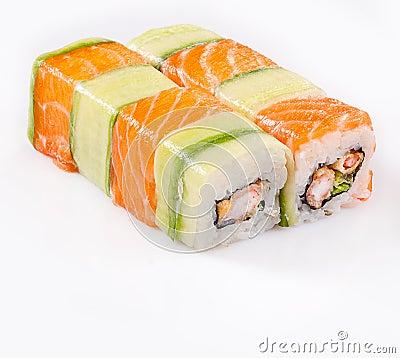 Rodillo del sushi con los salmones y el pepino