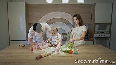 Rodzice wraz z ma?? c?rk? gotuj? w kuchni w domu Poj?cie rodzinny szcz??cie zdjęcie wideo