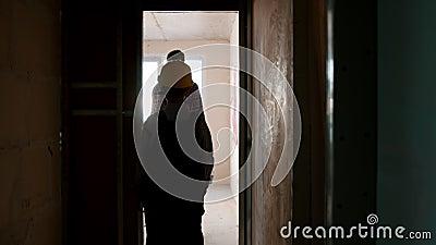 Rodzina naprawia mieszkanie - mały chłopiec i jego ojciec przynoszą farbę do pokoju i kontynuują malowanie zbiory wideo