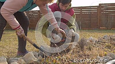 Rodzina pracująca wiosną w ogrodzie zdjęcie wideo