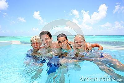 Rodzina w nieskończoność basenie
