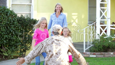 Rodzinny Powitalny męża dom Na wojsko urlopie