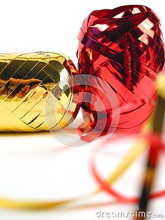 Rojo y cintas del oro