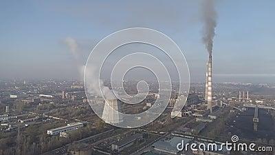 Rokende fabrieksschoorstenen Milieuprobleem van verontreiniging van milieu en lucht in grote steden Mening van grote installatie stock video