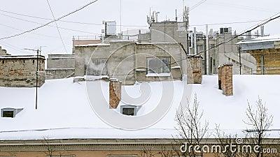 Rokende pijp Schoorsteen bij het sneeuwdak bij van huis in een koude de winterdag, het verwarmen seizoen stock videobeelden