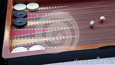 Roldices op houten oppervlak van backgammon-wild Super trage beweging Sluiting stock video