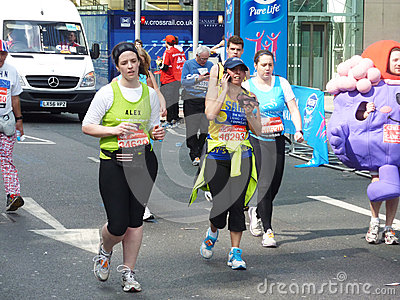 Roliga löpare på den London maratonen 22. April 2012 Redaktionell Foto