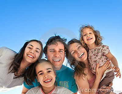 Roligt lyckligt ha för vänner utomhus