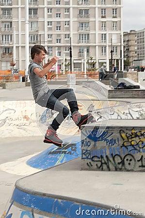 Rollerblader för tonårs- pojke Redaktionell Arkivbild