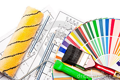 Rolo de pintura, lápis, desenhos no branco