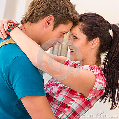 Romance de embrassement et de sourire de jeunes couples affectueux