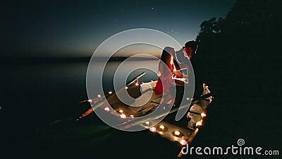 Romance joven del amor en el barco con las velas en la noche metrajes