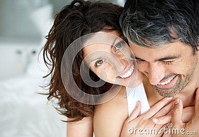 Romantisch rijp paar dat van geniet op bed
