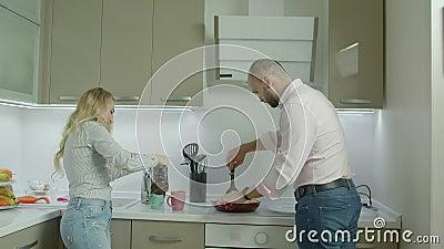 Romantisch toevallig paar die ontbijt in keuken maken stock footage