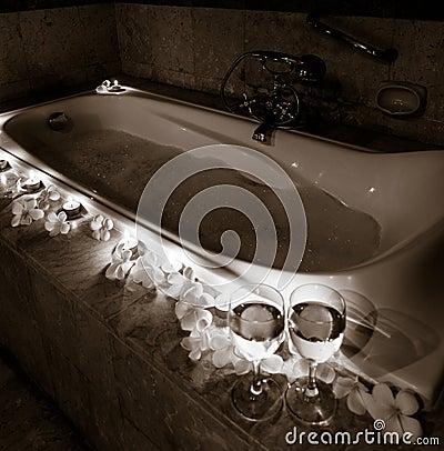 romantische badewanne mit kerzen blumen und paaren von weingl sern stockfoto bild 65666783. Black Bedroom Furniture Sets. Home Design Ideas