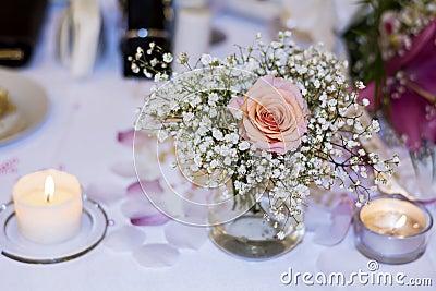 romantische hochzeitsdekoration mit rosa rosen und perlen stockfoto bild 56359488. Black Bedroom Furniture Sets. Home Design Ideas