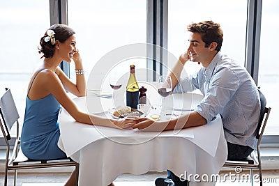 Romantische junge Paare auf einem Datum