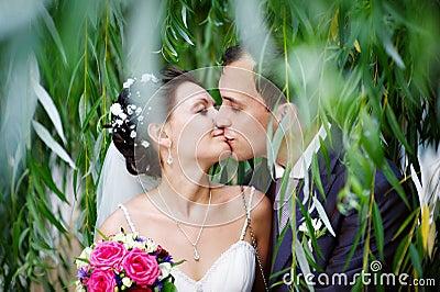Romantische kus op huwelijksgang