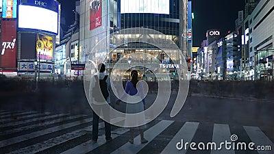 Romantische Paare Zeit Lapce, die an naher Shibuya-Überfahrt, Tokyo, Japan aufwerfen stock video footage