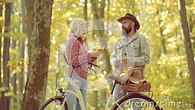 Romantischer Autumn Couple in der Liebe enjoy Romantisches und Liebeskonzept Portrait der attraktiven Nacktheitfrauenbedeckung du stock footage
