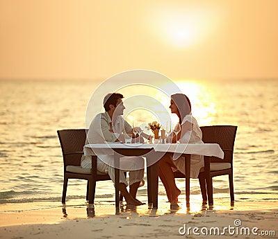 Romantisches Abendessen in den Wellen