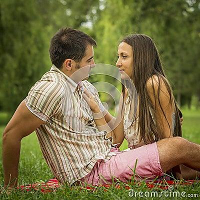 Romantiska par i park
