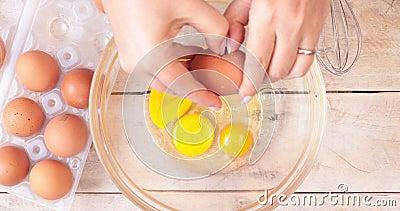 rompere le uova in una ciotola stock footage