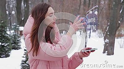Roodharig meisje met hologram Cognitieve gegevensverwerking stock footage