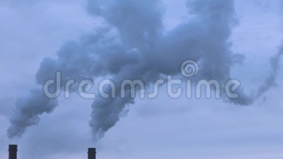 rookstijgingen van de schoorstenen stock video