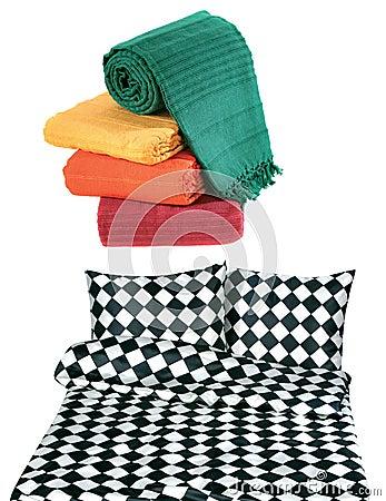 Ropas de cama y colcha aisladas