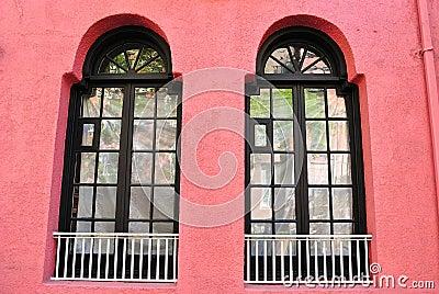 Rosafarbene Wand mit Windows