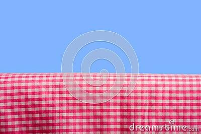 Rosafarbener Gingham auf blauem Himmel
