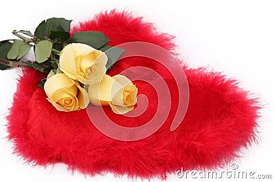 Rosas amarillas, corazón rojo