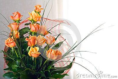 Rosas anaranjadas en florero