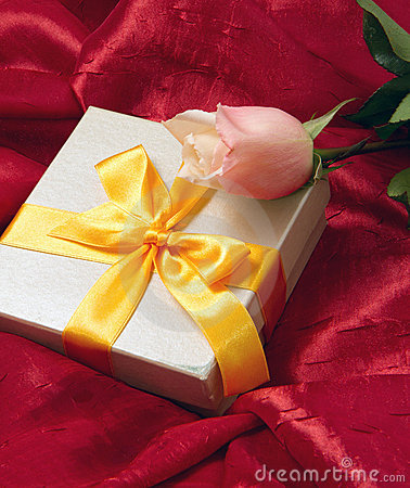 Free Roses And Gift Box Royalty Free Stock Photography - 17975067