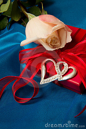 Free Roses And Gift Box Royalty Free Stock Images - 17975909