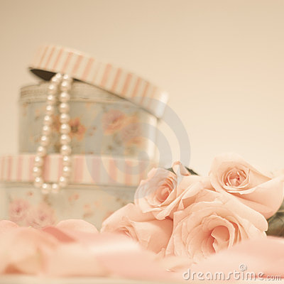 Free Roses And Pearls Royalty Free Stock Photos - 21690728