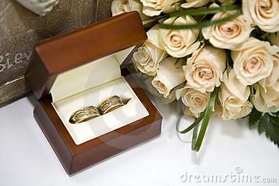 Roses and weddings rings in box