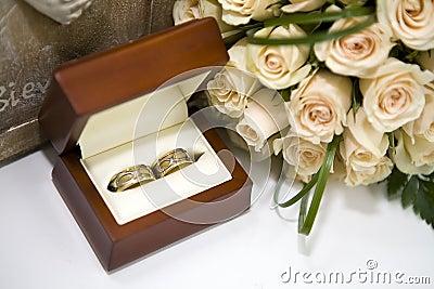 Roses and weddings rings in box