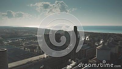 ROSIGNANO SOLVAY, ITÁLIA - 2 DE JANEIRO DE 2019 Ideia aérea de poluir Solvay S A Fábrica química filme
